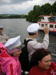 Zdravíme projíždějící loď
