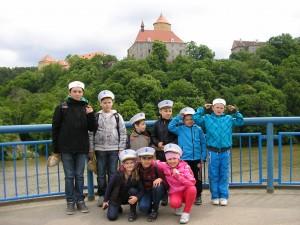Na mostě přes užší část přehrady z hradem Veveří v pozadí