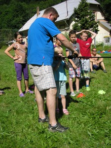 Děti se museli trefit do nafouknutých balonků které byly zavěšeny na pásce v různých výškách