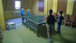 Děti si krátili dobu čekání na vyhlášení, stolním tenisem
