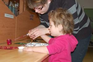 Barunka Hofmanová s maminkou odlévají voskové pastelky