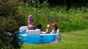 Bart připravil pro naše nejmenší i malý bazének, což se ukázalo jako nejlepší věc v těchto horkých dnech