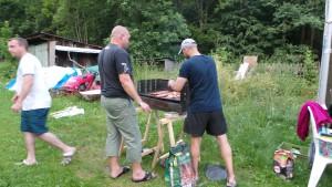 """Příprava na závěrečnou """"grilovačku"""" a táborák"""